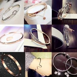 2019 bracelets mixtes argentés Bracelet en plaqué argent à la mode 8 Style Mix Bracelets en acier inoxydable élégant Bracelet en cristal Bracelet pour femmes Accessoires bracelets mixtes argentés pas cher