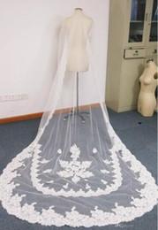 Lungo bordo di pizzo di velare online-2018 Nuovo arrivo Custom Made Ivory o White Color One Layer Regal Lunghezza Lace Trimmed Long Bridal Veli Veli da sposa