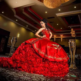 grânulos de bordado de baile de quinceañera Desconto 2018 Vintage Red Quinceanera vestidos Querida Bordado Lantejoulas Beads Camadas vestido de Baile Fora do ombro Doce 16 vestidos de Festa