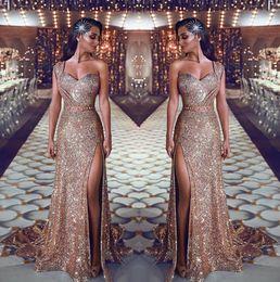 2019 Un hombro de lentejuelas sirena vestidos de noche con pliegues dividida con cuentas vestidos de fiesta de barrido tren de barrido más tamaño vestidos de baile desde fabricantes