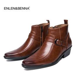 Sapato casual macio britânico on-line-2017 Nova Primavera / Outono Botas dos homens, Ankle Boots Moda Estilo britânico, Preto / Brogues Marrom de Couro Macio Sapatos Casuais