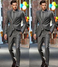 2019 cravatta grigio scuro 2018 Dark Grey Slim Fit Spacchi laterali Smoking dello sposo Due bottoni Notch Risvolto Uomo Abiti Uomo Groosman Tailleur Suit (Jacket + Pants + Tie) cravatta grigio scuro economici