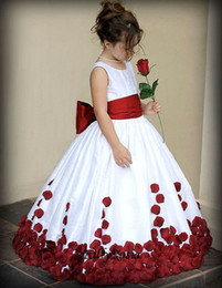 Rosas rojas de cumpleaños online-White Flower Girl Dresses with Red Roses Big Bow Ribbon Sashes Floor Length Lovely Kids Evening Party Gowns Birthday Gift Designer Style