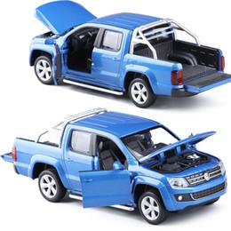 Licenza giocattolo online-C 1:30 VW AMAROK Pickup Toy Veicoli Modello Lega Tirare indietro Giocattoli per bambini Regalo di raccolta licenza originale Acousto-Optic Mini
