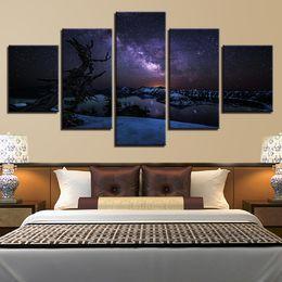 Pinturas de noite estrelado on-line-Lona Cartaz Sala de estar Decoração Arte Da Parede 5 Peças Céu Estrelado Neve Tampada Montanhas Pinturas Noturnas HD Imprime Fotos quadro