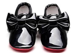 Sapatos patenteados para bebês on-line-Hongteya novo couro de patente de sola de fundo vermelho bebê mocassins bebê meninos meninas sapatos com gravata-borboleta infantil criança primeiros caminhantes