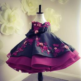 Vestito da ragazza di fiore in rilievo dell'abito di sfera di vendita calda per i vestiti di spettacolo del bambino di Backless del collo a V di nozze Vestito di promenade dei bambini di Appliqued del raso 3D da