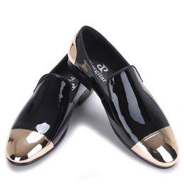 2019 zapatos de vestir de charol blanco de los hombres Nuevos Hombres de charol blanco y negro Zapatos hechos a mano Zapatos de vestir para hombres de boda y fiesta Mocasines de hombre de talla grande zapatos de vestir de charol blanco de los hombres baratos
