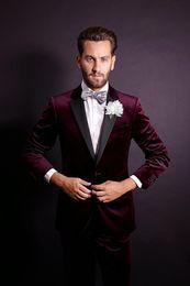um botão elegante homens Desconto Stylish Design Noivo Smoking Um Botão Escuro Vermelho de veludo Notch Lapela Groomsmen Melhor Homem Terno Ternos de Casamento Dos Homens (Jaqueta + Calça + Gravata) NO: 861