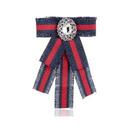 Alfileres de cinta verde online-Mujeres de lujo bowknot corbata broche rojo verde raya cinta abeja solapa Pin famosa marca de joyería accesorios regalo para el amor