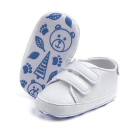 aa06c6740 Чистый белый Детская обувь новорожденный искусственная кожа 2017  классический повседневная дети мальчик девочка первые ходунки мягкая  подошва спортивные ...