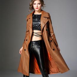 Кожаный плащ женский онлайн-Весна новый высокого класса искусственная кожа ветровки европейский стиль Женская мода тонкий длинный плащ элегантный женский верхняя одежда