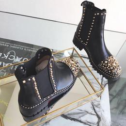 Botas de punta de metal remache online-botines de tobillo de mujer nuevo diseñador de moda mujer de cuero negro con púas Toe High Top Red Bottom Boots remaches de metal Martin botas US5-9