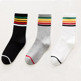 calcetines universitarios Rebajas Warm Fuzzy Socks diseño hermoso de la raya para el calcetín del invierno de las señoras Lovely Rainbow mujeres Sock College viento patineta calcetines envío gratis