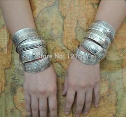 Canada Gros-2015 Gypsy Bohême Usine En Gros Bijoux Tibétains Vintage Argent Bracelets Antique Ethnique Déclaration Bracelets De Manchette B0108 cheap ethnic silver cuff bracelet Offre