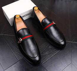 zapatos de boda de tacón bajo de plata de diamantes de imitación Rebajas 2018 nuevos zapatos de vestir de boda de los hombres negros cuero genuino diseñador de grano zapatos de negocios fumar zapatillas tamaño en stock