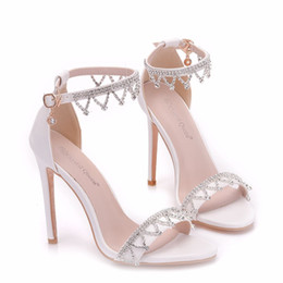 Tacones de aguja nuevas cadenas sexy online-Nueva cadena de cristal del verano zapatos abiertos del dedo del pie para las mujeres zapatos de tacón de aguja de tacón alto de la manera sexy sandalias de novia tira de tobillo