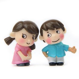 2019 artigianato per ragazze ragazze Fai da te Resina Artigianato Novità Boy Girl Miniature Fairy Garden Gnome Moss Terrari Ornamento Coppia carina Figurine per la decorazione domestica 1 15lz BB artigianato per ragazze ragazze economici