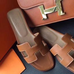 Canada nouveaux créateurs de mode conçoivent des pantoufles pour femmes et hommes Des pantoufles en cuir pour femmes de style européen et américain de style avec la vente chaude d'emballage AE Offre
