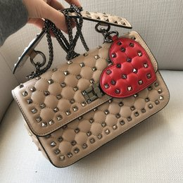2018 New Sheep Leather Woman Embrague Bolso de mano Remaches Cadena Love Melocotón Heart Handheld Solo hombro Inclinado sobre Bolsa desde fabricantes