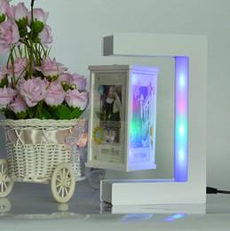 levitazione magnetica della decorazione Sconti Cornice per foto galleggiante bianca levitazione magnetica a forma di E con luci a LED colorate per la decorazione della casa