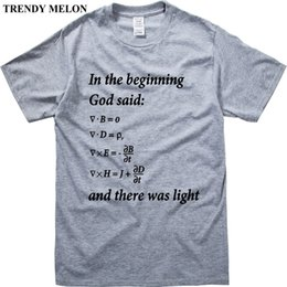5e98c801ca8a0 Letras de Melão na moda Impressão Homens camiseta Engraçado Projeto de  Matemática Maxwell Equações Casual T-shirt Branco Cinza Tops Hipster JM02