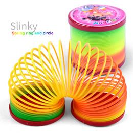 Anneaux en plastique pour enfants en Ligne-Jouets pour enfants Magique En Plastique Slinky Rainbow Printemps Coloré Nouveaux Enfants Drôle Jouet Classique Couleur Aléatoire Rainbow Cercle Bobine Anneaux de circulation élastique