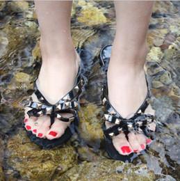 2019 sandales en caoutchouc blanc Nouveau 2018 Femme Sandales D'été Rivets big bowknot Tongs Plage Sandales Femininas Flat Jelly Designers Sandales