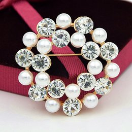 Wholesale Wholesale Clothing American Apparel - Elegant Imitation Pearl Beads Round Wreath Crystals Brooch Party Apparel Accessories For Women Vogue Clothes Pins Corsage