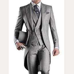2019 drei knopf-tuxedos-tailcoat 2018 grau Hochzeit Frack für Bräutigam tragen erreichte Revers One Button drei Stück nach Maß Groomsmen Männer Anzüge Jacke Hosen Weste günstig drei knopf-tuxedos-tailcoat