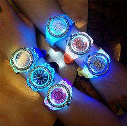 95a75296a5c3 Lujo Ginebra LED Luminoso Reloj Unisex Diamante de diamantes de imitación  Noche Luz Relojes Hombres Mujeres Silicona Gleamy Reloj de pulsera de cuarzo  Reloj