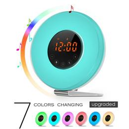 alto-falantes de rádio ds Desconto 7 colors changing wake up light snooze alarm clock with 6 natural sounds and FM radio
