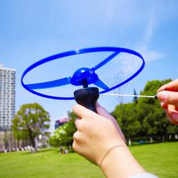Hubschrauber pull spielzeug online-Erstaunliche Flash Flying Toys LED Pfeil Hubschrauber Spielzeug Neuheit Spielzeug LED Flying Toys Drei Licht emittierende Pull Kinderspielzeug Weihnachtsgeschenke