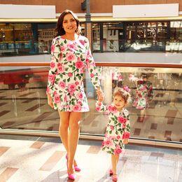 família, vestido, alikes, mãe, filha Desconto Atacado Nova Moda Família Roupas Combinando Floral Impressão de Manga Comprida Combinando Roupas Mãe e Filha Vestido Crianças Roupas Vestidos