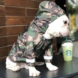 Gato chaquetas de mascotas online-Impermeables verdes del ejército para los animales de compañía Marca Teddy Puppy Ropa impermeable Camuflaje Chaqueta a prueba de viento para perros Gato Mascotas Ropa