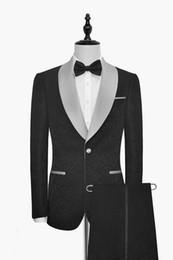Sposo grigio cravatta tuxedo sposo online-Nuovo arrivo Groomsmen Scialle Smoking grigio argento Risvolto dello sposo Abiti da uomo neri Matrimonio / Prom Best Blazer da uomo (Giacca + Pantaloni + Papillon) M71