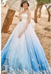 2018Les robes multicolores arborent des décorations florales ou en forme d'étoile, tandis que les ivoires et les robes pastel plus douces arborent ton sur ton ou 90 ? partir de fabricateur