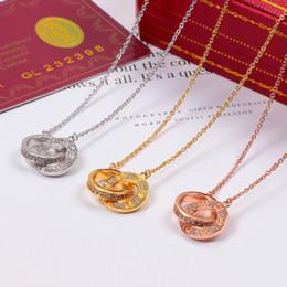 Colgante de doble círculo con diamantes de CZ completos. Oro rosa, collar de color plata para las mujeres Collar vintage Joyería de fantasía con caja original desde fabricantes