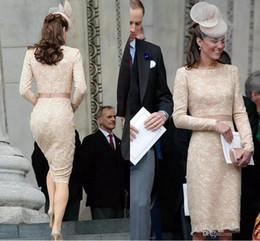 Robe de cocktail courte usée des célébrités en Ligne-Élégant Kate Middleton Champagne robes de soirée courtes pour les femmes porter au genou longueur dentelle manches longues Celebrity Cocktail formelle robes