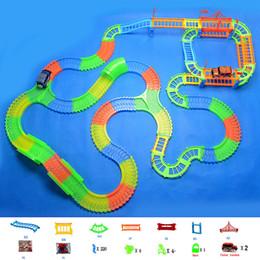 Trilhos de plástico para carros de brinquedo on-line-Glowing Mágica Faixa De Plástico Play LED Light Up Magic Carro Eletrônico Juntos Brinquedo DIY Brilho Pista de Corrida Brinquedos Para Crianças Meninos Presente de Aniversário
