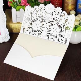 Invitaciones de boda de encaje blanco online-5 unids / set tarjeta de Invitaciones de Boda de Corte de Encaje Hueco Blanco Plegado En Relieve Flores Invitación Tarjetas Imprimibles con Sello Envelope