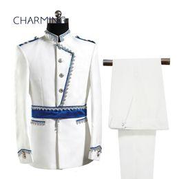 Esmoquin de ajuste europeo online-Trajes de moda para hombre Retro Palacio Europeo Diseño Show Costume Fit Host Blanco Vestido Militar Europeo Estilo fresco esmoquin