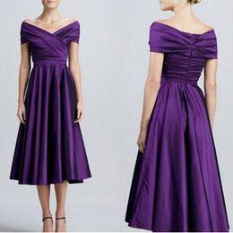Damas de honor de color morado corto online-Fuera del hombro Vestidos de dama de honor de color púrpura oscuro Vestidos de dama de honor cortos, elegantes y satinados, longitud del té Vestidos de dama de honor de Aline Vestido de fiesta