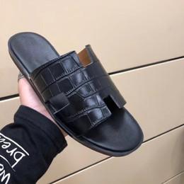 Wholesale hotel sales - Paris Sandals 2018 hot sale flip flop loafers fashion logo Crocodile grained beach shoes mens flip flops High quality designer sandals