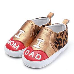 Nuevo Leopardo cuero PU Zapatos de bebé recién nacidos zapatillas antideslizantes suela suave mocasines infantiles imprimir I Love DAD MOM primer caminante desde fabricantes