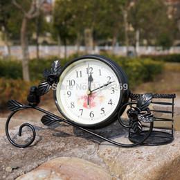 Plumas de mesa online-Césped Estilo rural Metal Bird Clock Decoración del hogar Trabajo hecho a mano Jardín Mesa Reloj con bolígrafo Pot Color negro blanco