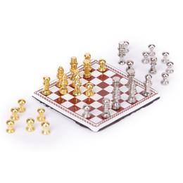 Spielskalen online-1:12 Puppenhaus Miniatur Metall Schachspiel Puppenhaus Spielzeug Set Tischspiele Für Kinder Kinder