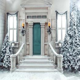 photos de couverture d'hiver Promotion Noël hiver Scenic Photography décors imprimés porte verte guirlandes escaliers lanternes sapins couverts de neige fond de photo de mariage