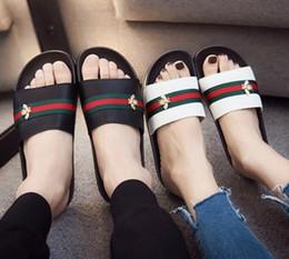 Zapatillas de suela suave de los hombres online-Diseñador de la marca de moda de cuero zapatillas de los hombres abeja sandalias de rayas una palabra zapatillas antideslizantes suelas suaves mejor calidad G6.4