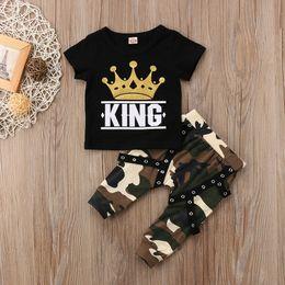 27e58742318d6 Mode nouveau-né bambin enfants bébé garçon vêtements ensemble à manches  courtes couronne impression KING T-shirt Tops + camouflage harem pant 2PCS  tenues ...